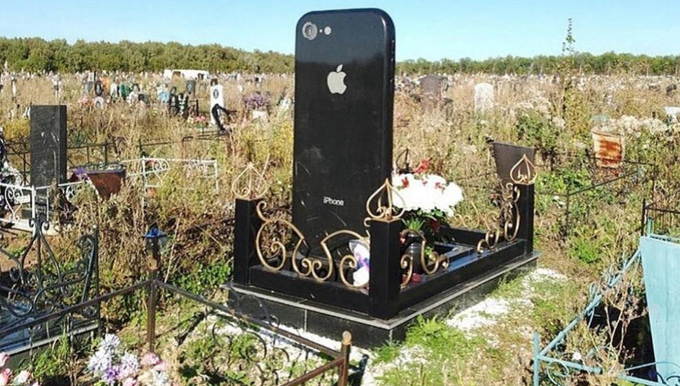 Lapide a forma di iPhone gigante per una ragazza morta a 25 anni: lavorava in Apple